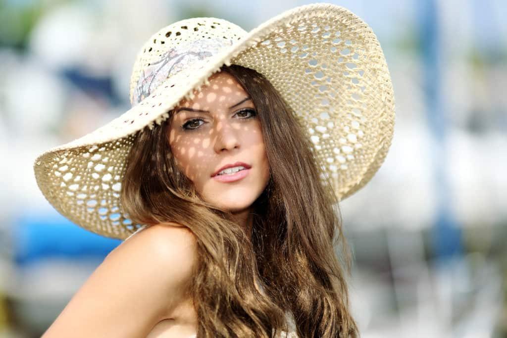 Modell mit Hut und mit Aufhellblitz