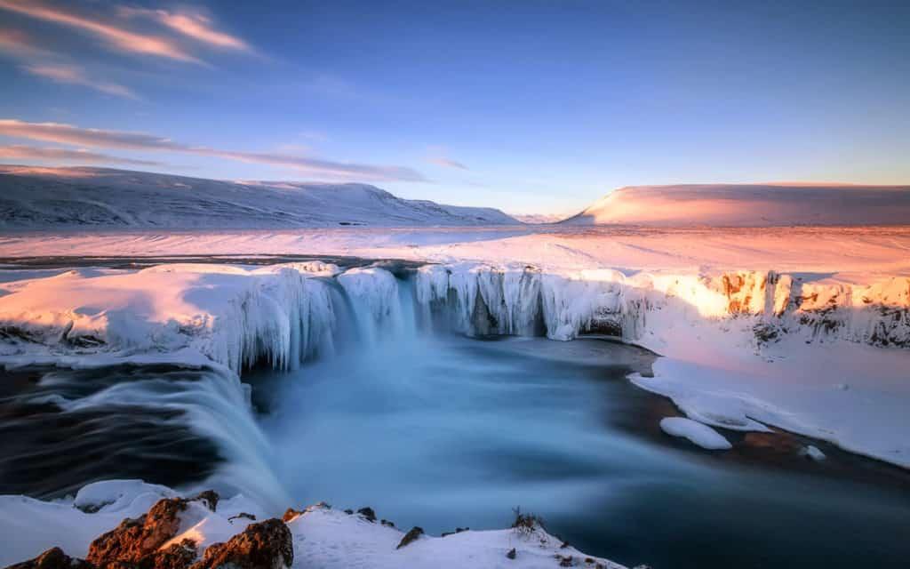 Ein von Eis bedeckter See
