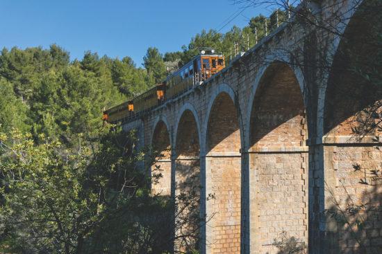 """Spanien, Mallorca, Sòller, """"Roter Blitz"""" auf Viadukt"""
