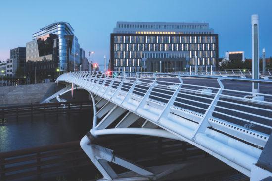 Berlin, Kronprinzenbrücke (Spree) und Bundespressekonferenz