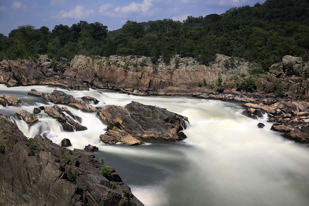Mystisches Wasser durch Graufilter