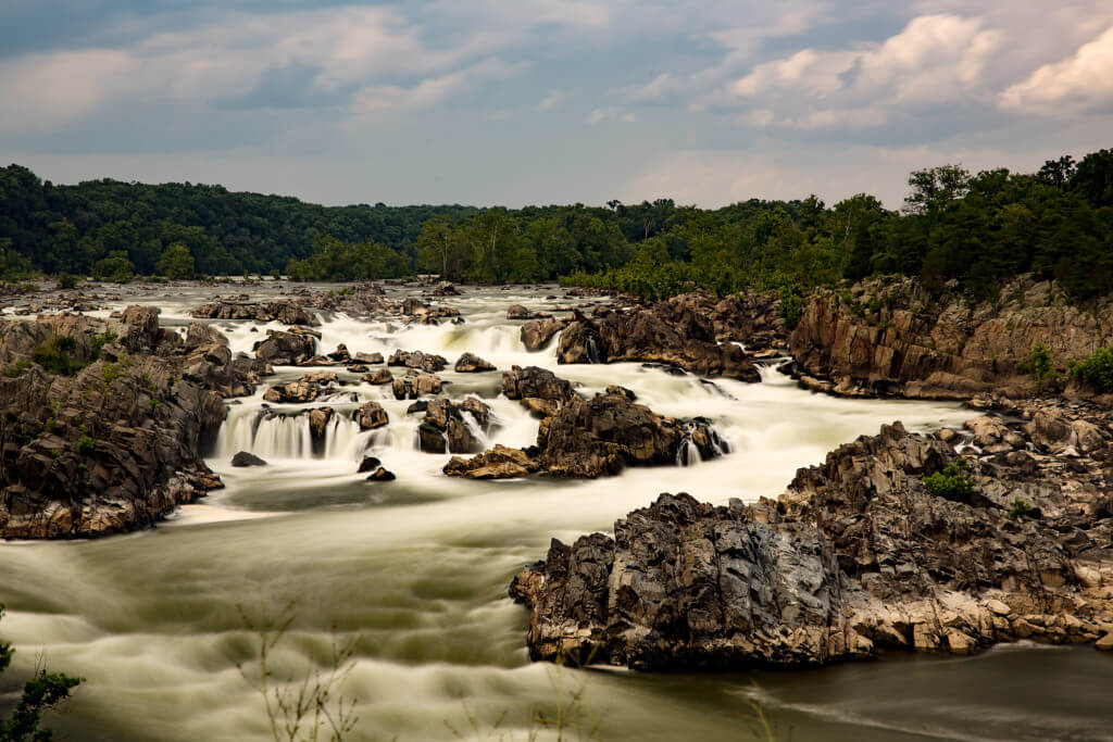 Landschaftsaufnahme der Great Falls mit Graufilter