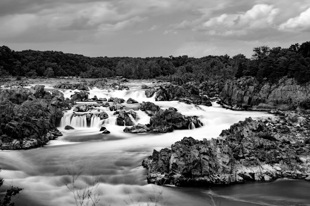 Monochrome Landschaftsaufnahme der Great Falls mit Graufilter