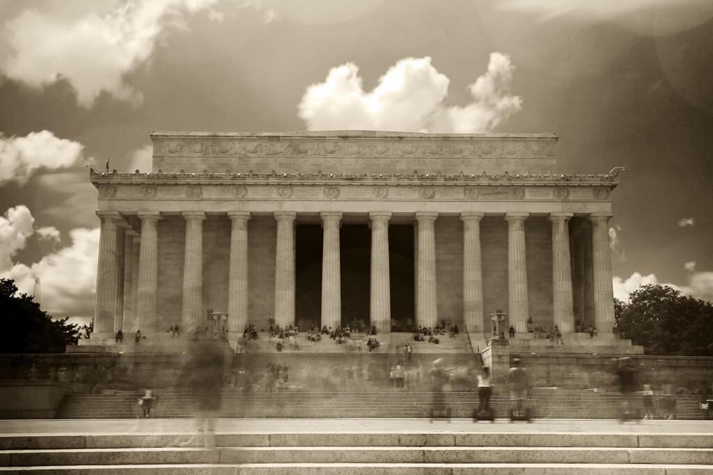 Probleme trotz Anwendung des Graufilters: Menschen die durch das Bild laufen beim Lincoln Memorial