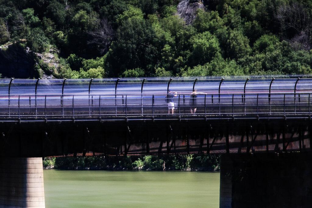 Eisenbahnbrücke mit Graufilter geschoßen, Menschen sind deutlich zu sehen