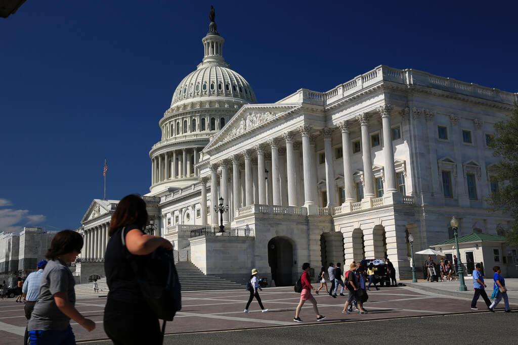 Das Kapitol, mit Menschen im Vordergrund, noch ohne Anwendung des Graufilters