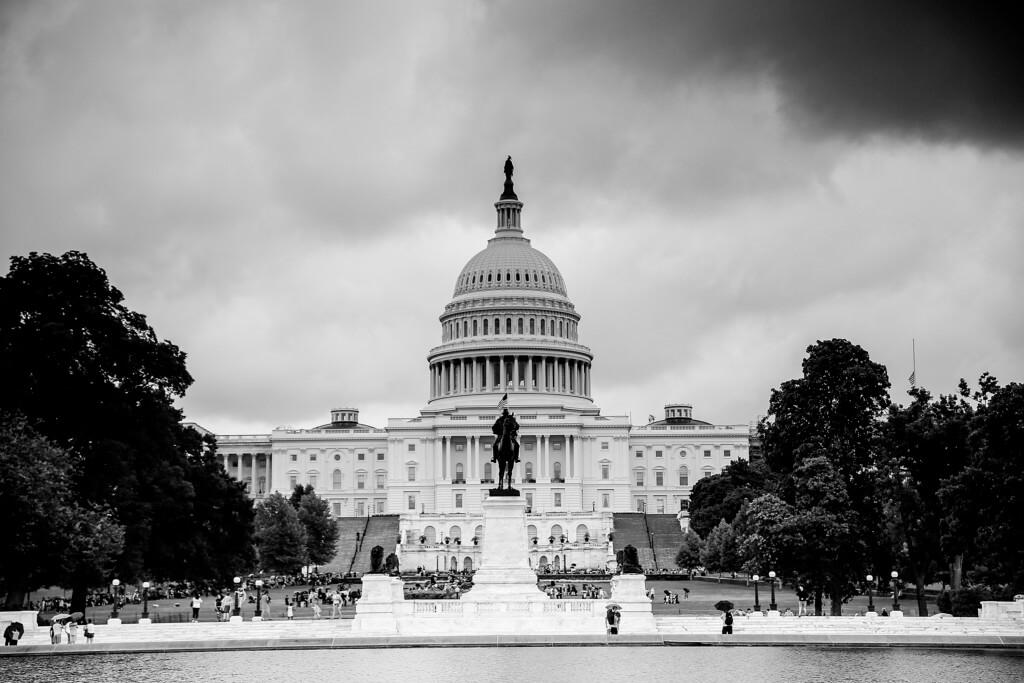 Kapitol in Washington mit einem Grauverlauf