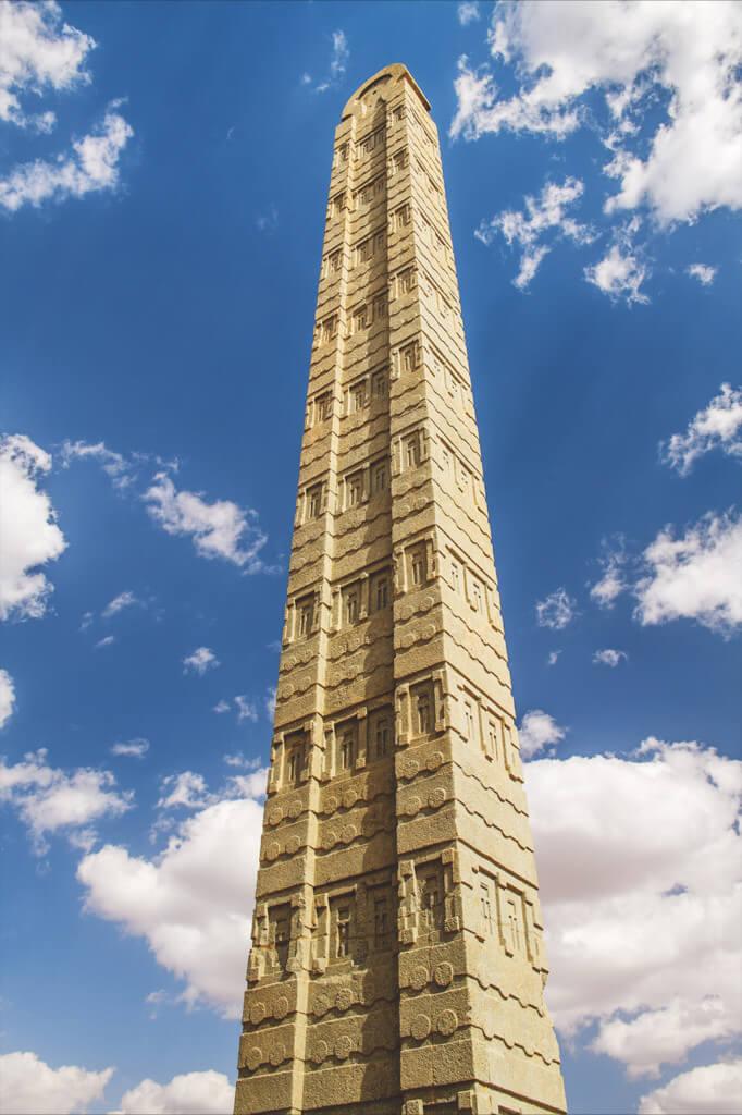 Wolken um den Obelisk von Axum
