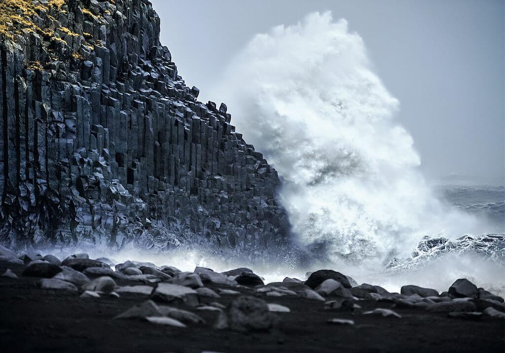Sturmböen und Sprühnebel an der Küste des Antlantiks