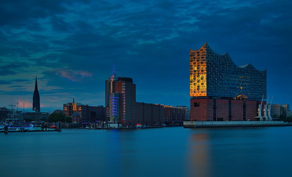 Elbphilharmonie in Hamburg zur Blauen Stunde