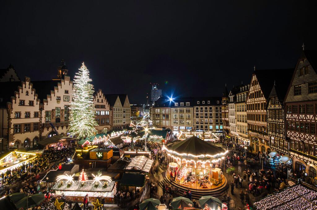 Blick auf den Weihnachtsmarkt am Römerberg in Frankfurt