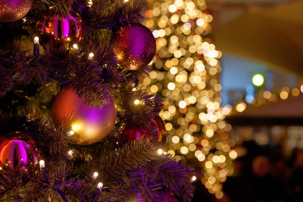 Einzigartige Motive auf den Weihnachtsmarkt fotografieren, hier: Weihnachtskugeln auf einem Weihnachtsbaum