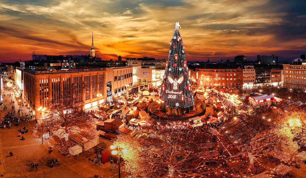 Der größte Weihnachtsbaum auf der Welt steht in Dortmund auf dem Weihnachtsmarkt