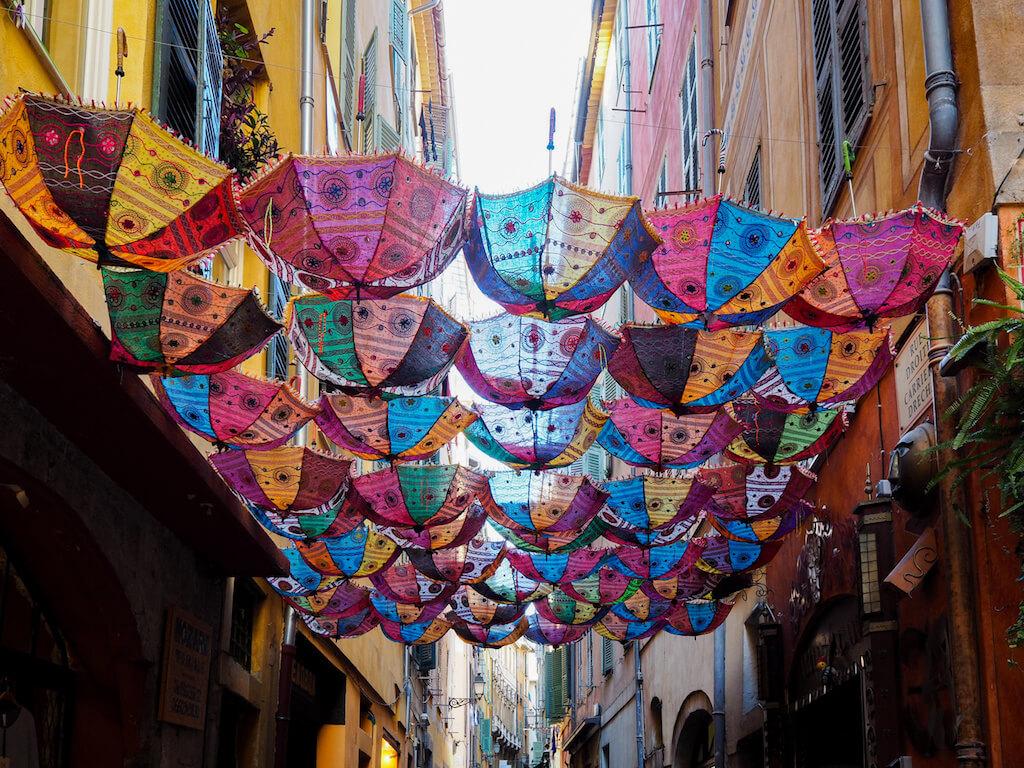 Bunte Regenschirme in der Altstadt von Nizza