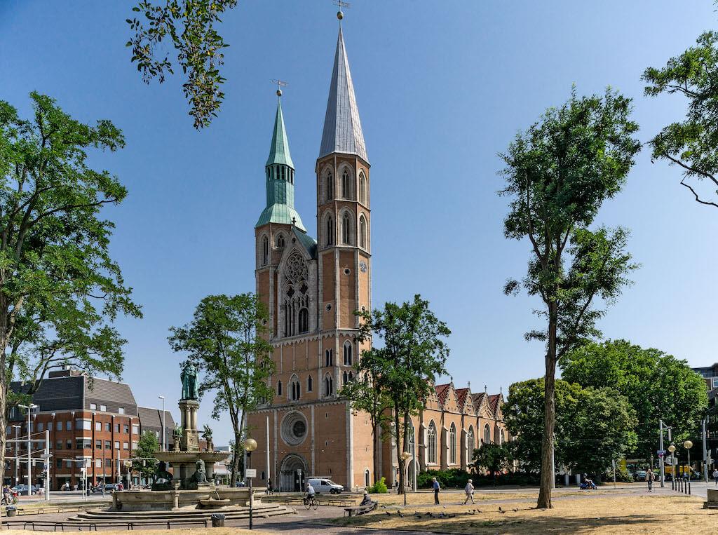 Heinrichsbrunnen und Katharinenkirche auf dem Hagenmarkt