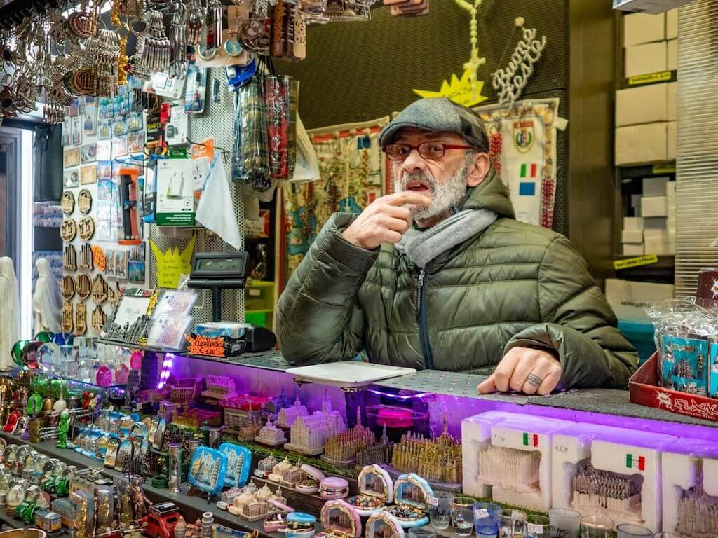 Souvenir-Verkäufer im Zentrum von Mailand