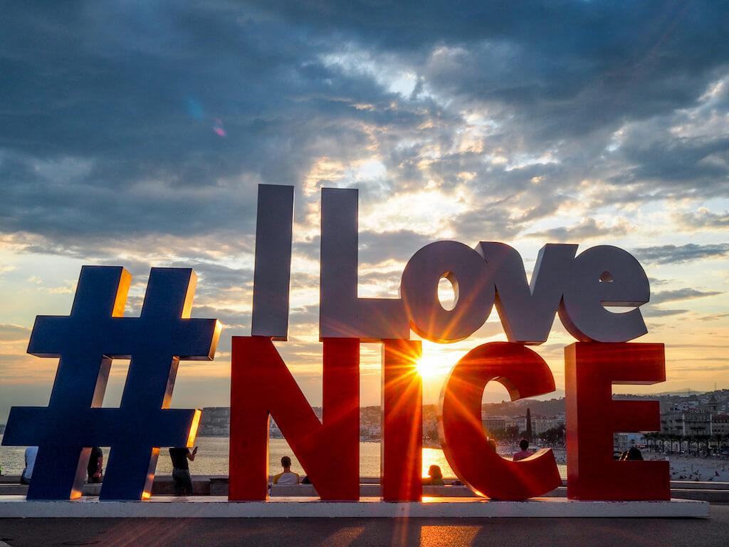 Das Wahrzeichen von Nizza im Sonnenuntergang