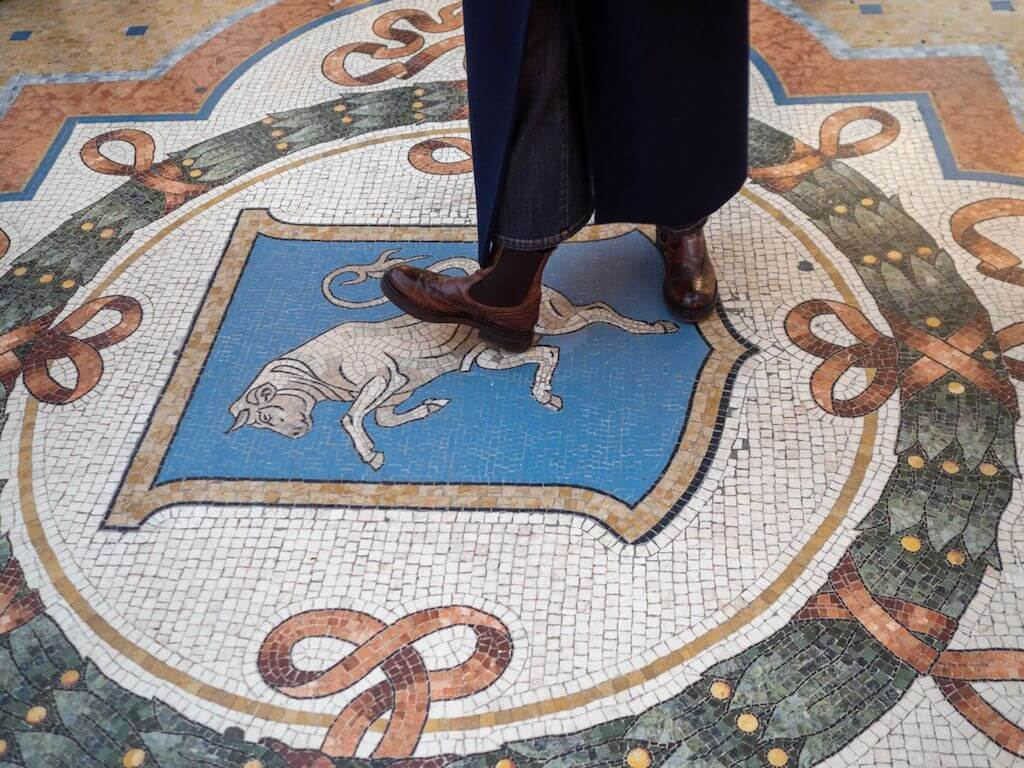 Hauptattraktion in der Galleria Vittorio Emanuele II in Mailand: Mosaik des Stieres
