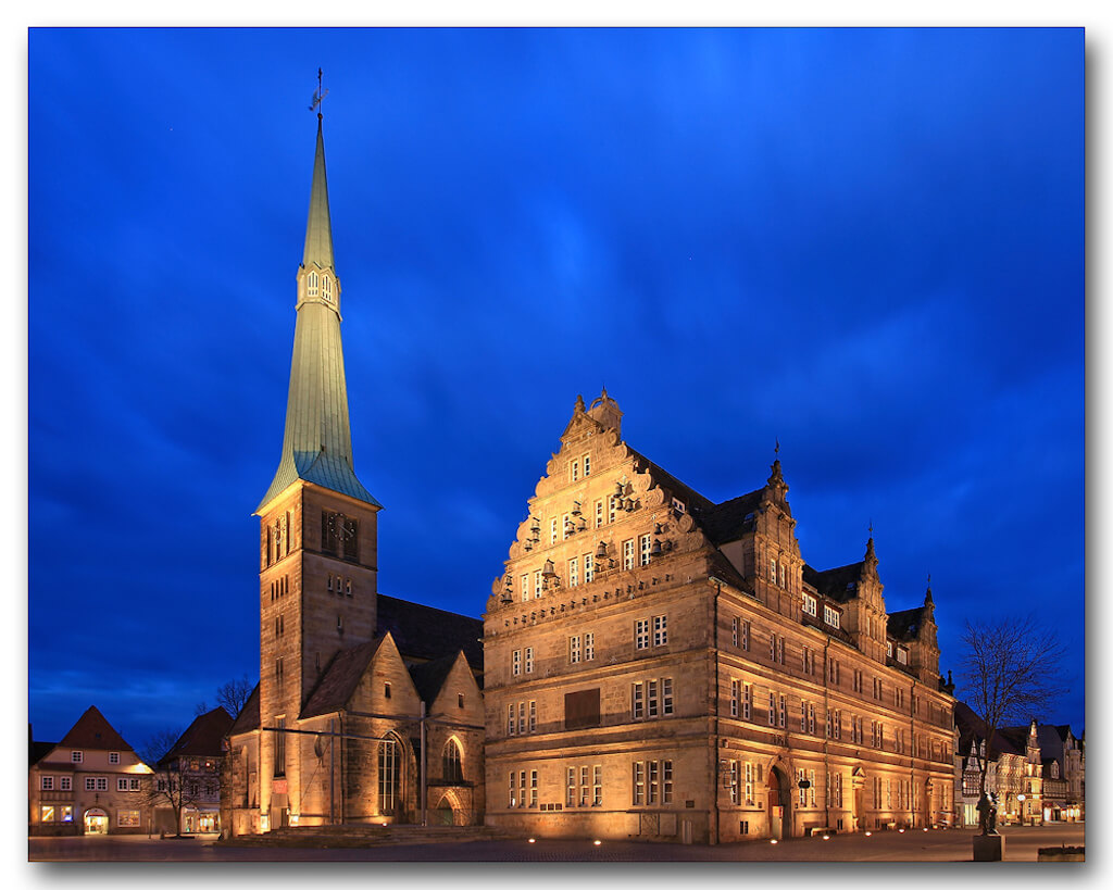 Die bekannte Marktkirche in Hameln zur Blauen Stunde