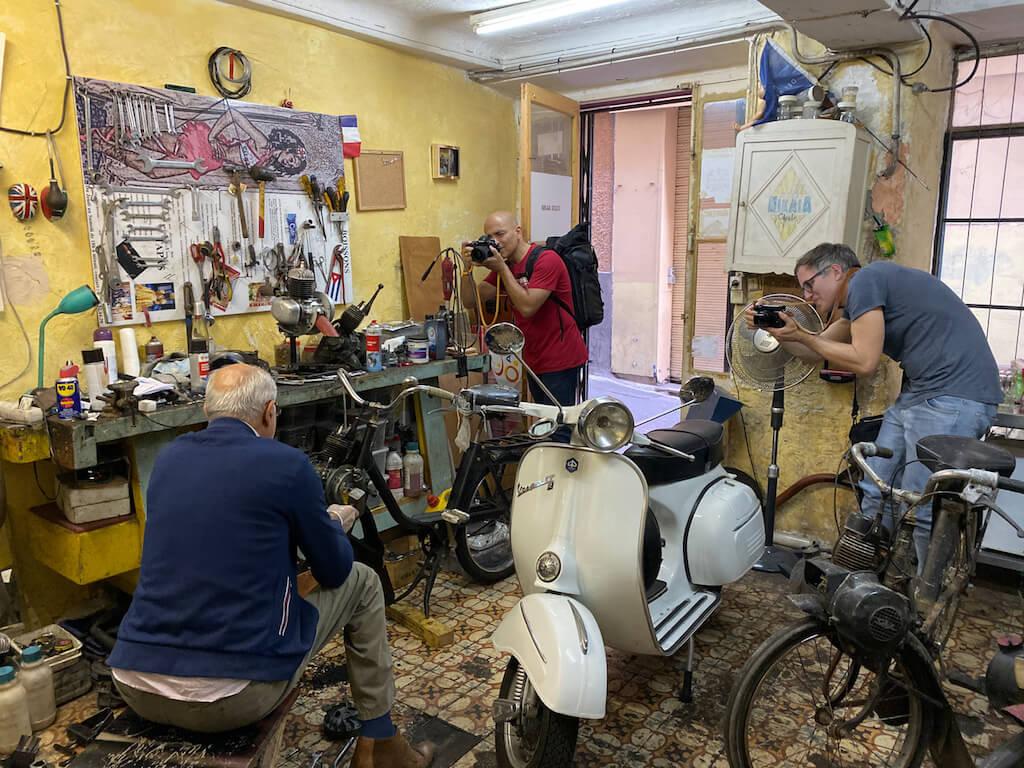 Fotografen auf Motivsuche in einer Werkstatt