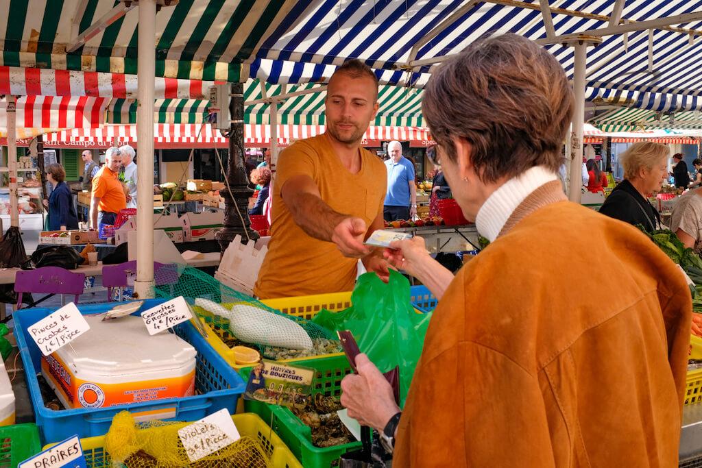 Marktgeschehen in Nizza fotografieren