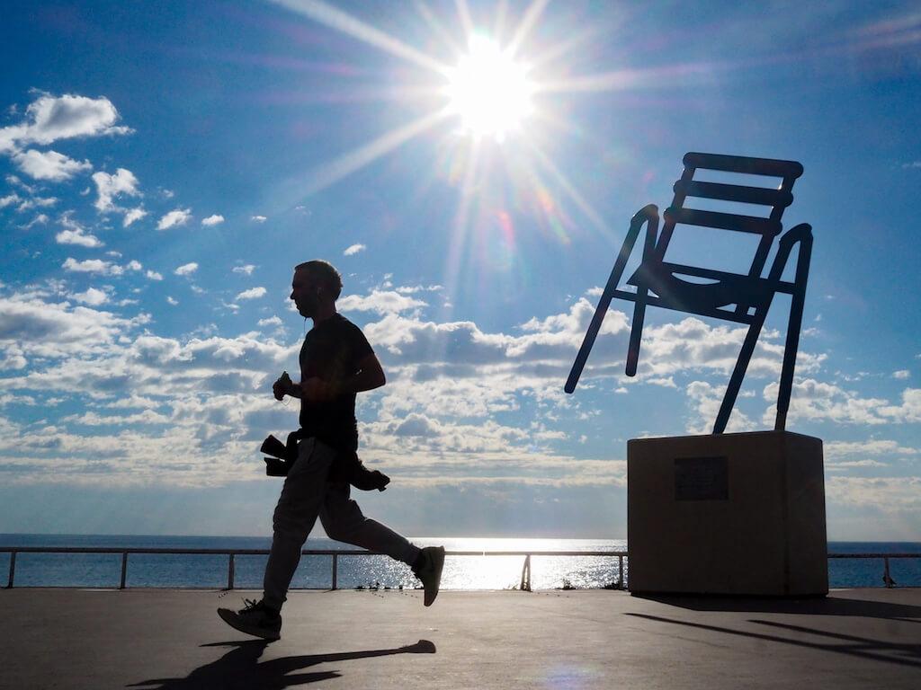 Bekanntes Fotomotiv in Nizza: Blaue Stühle