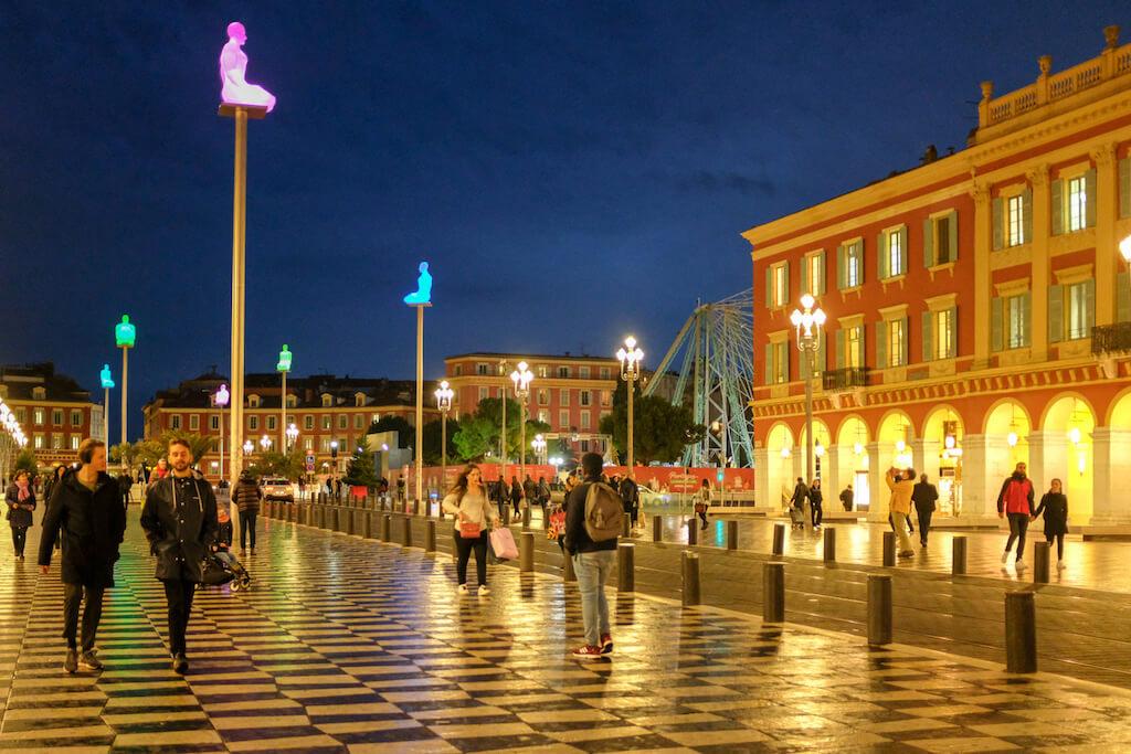 Nachtaufnahme vom Place Massena in Nizza