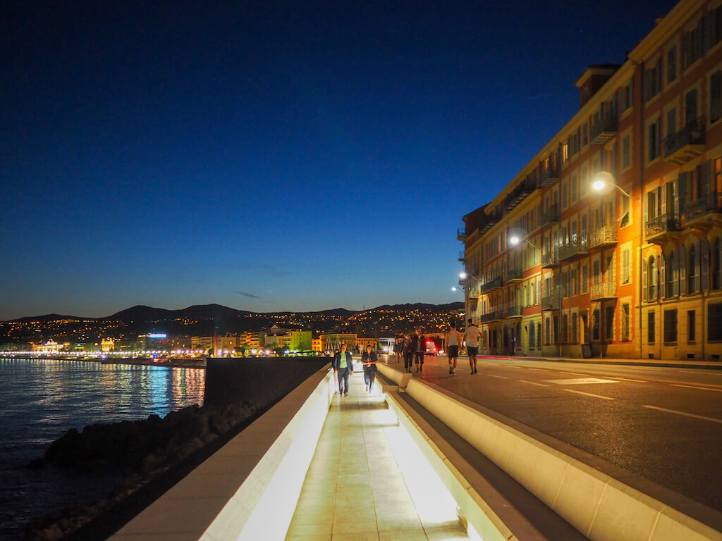 Blaue Stunde und die Promenade Nizzas: ein tolles Fotomotiv für viele Fotografen