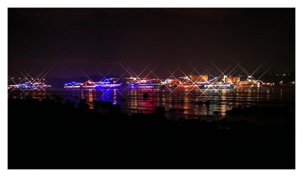 Beleuchtete Schiff bei Rhein in Flammen
