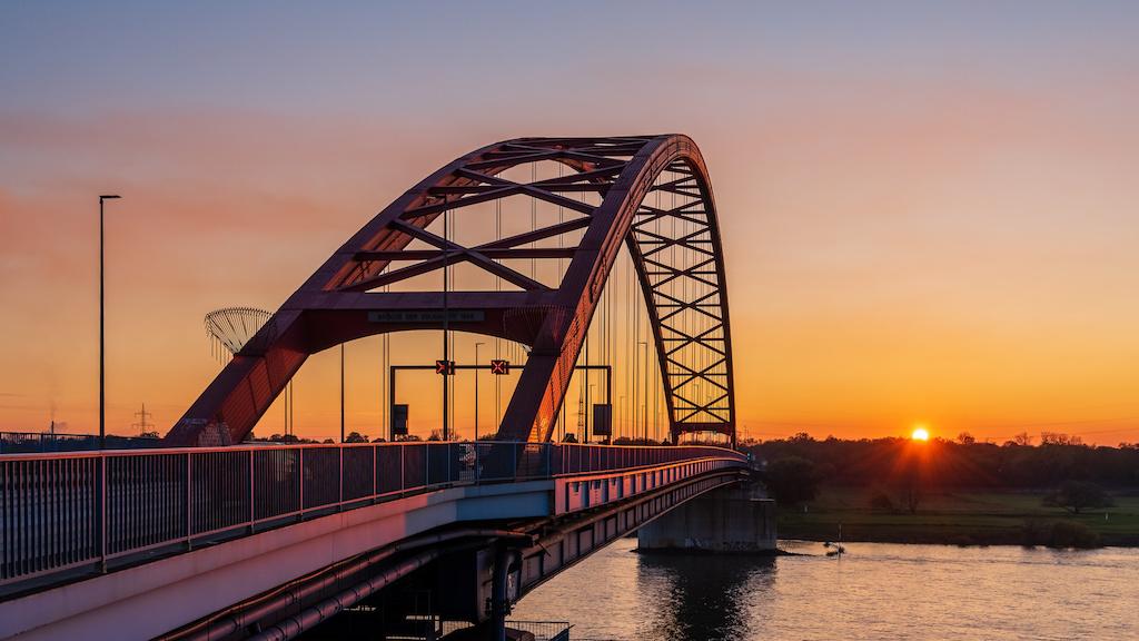 Abendstimmung am Rhein auf der Brücke der Solidarität in Duisburg