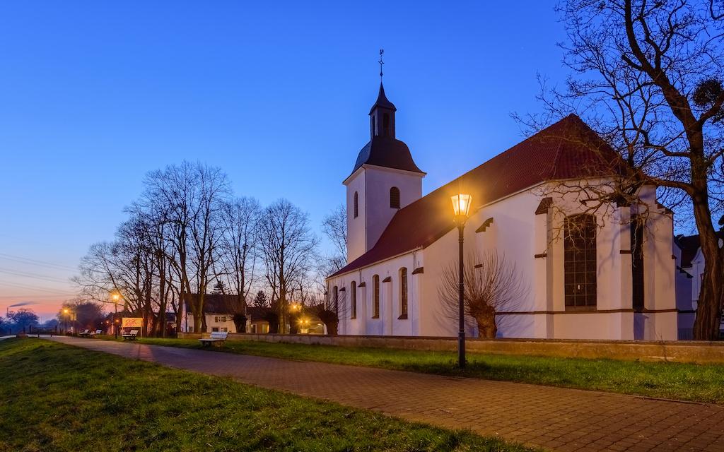 Dorfkirche am Rheindeich fotografieren