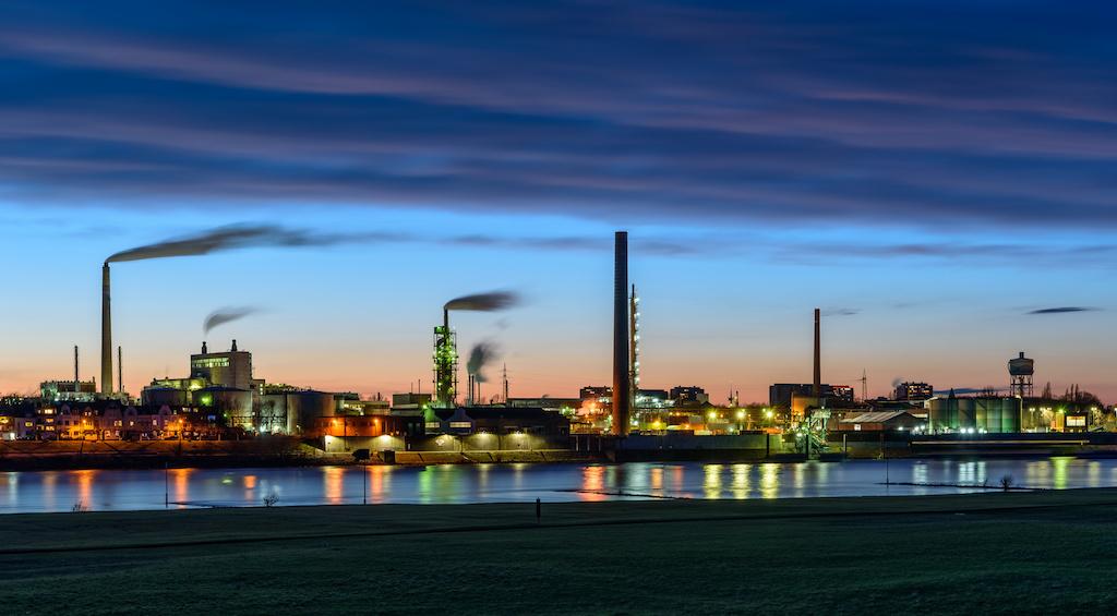 Blick auf das linksrheinische Venator Chemiewerk in Duisburg fotografieren