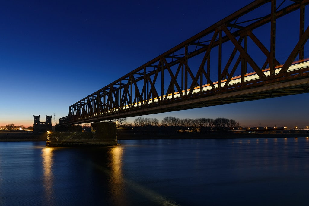 Die Eisenbahnbrücke in Duisburg