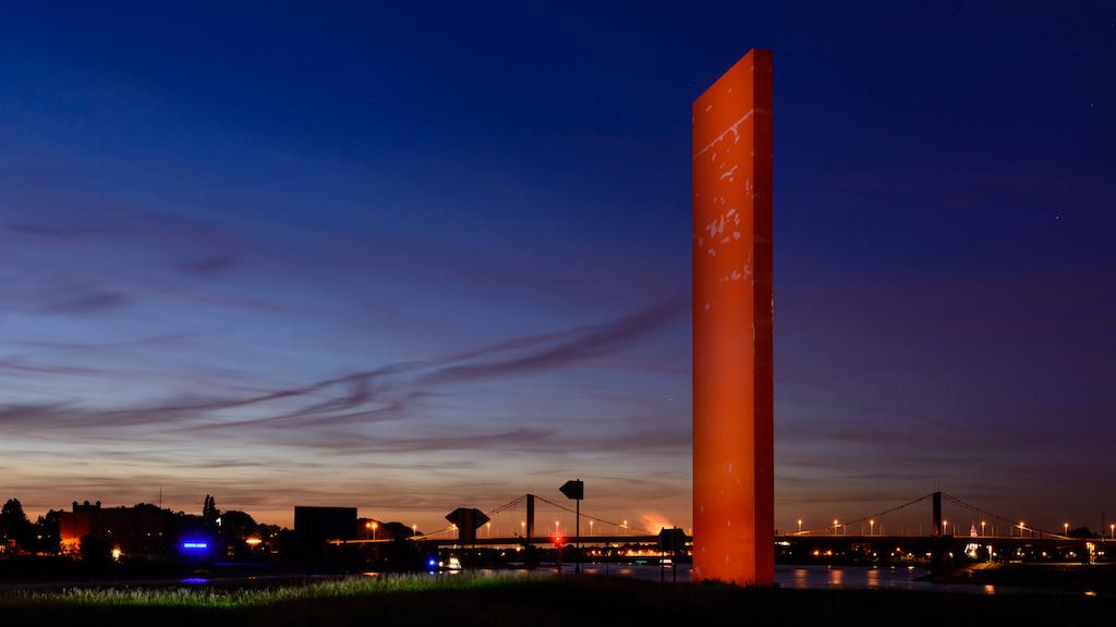 Rheinorange zur blauen Stunde in Duisburg fotografieren