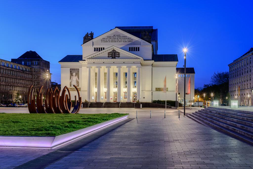 Die Sehenswürdigkeit Stadttheater in Duisburg fotografieren