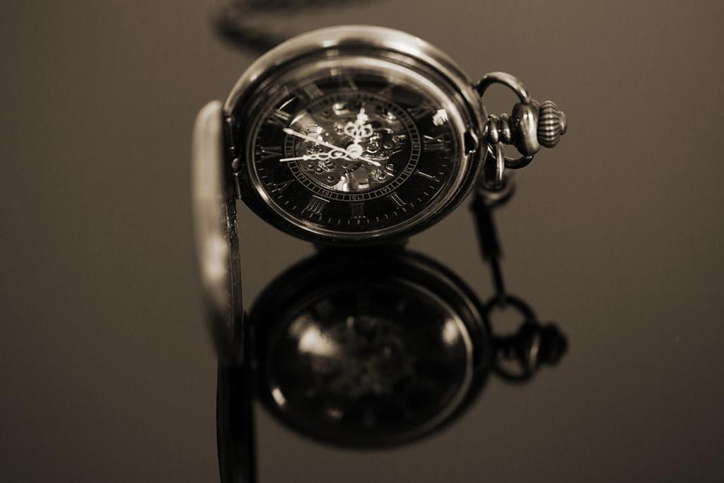 Spiegelung einer Taschenuhr