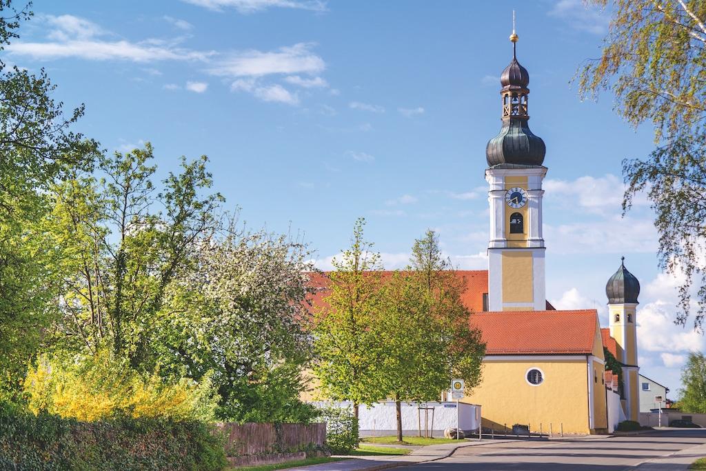 Pfarrkirche Mintraching mit grüner Landschaft
