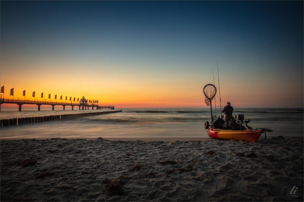 Die Bildaussage des Bildes ist ein Fischer am Ostsee-Strand