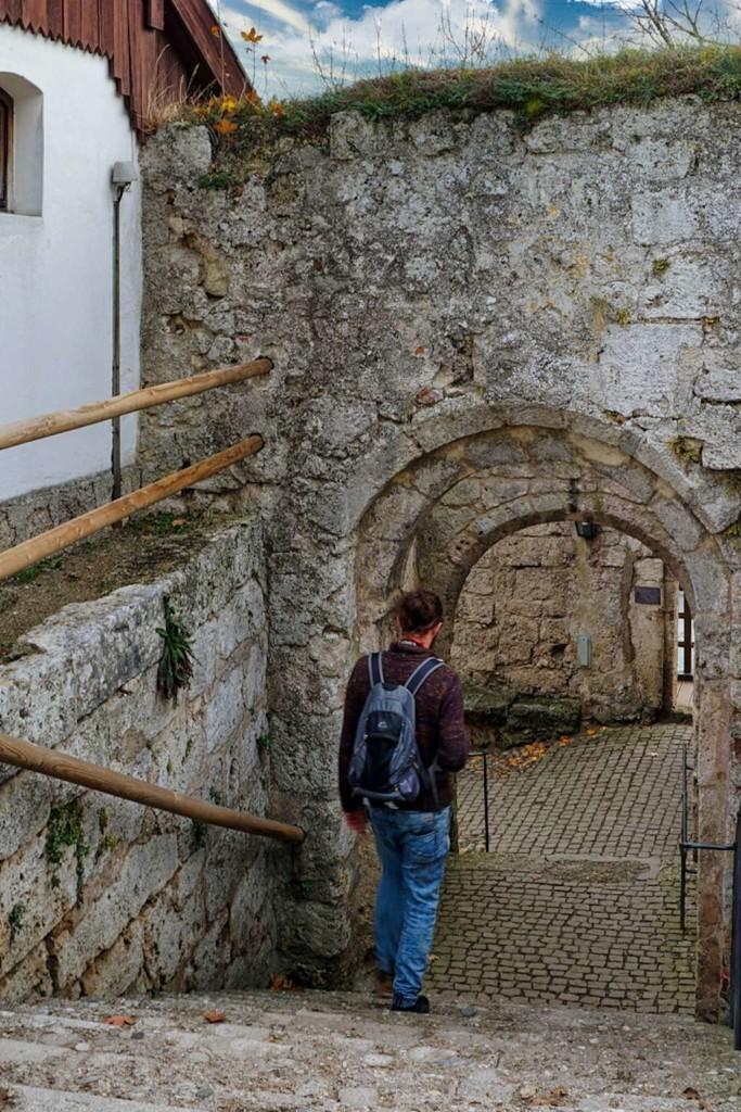 Fußweg durch Portale in Burghausen