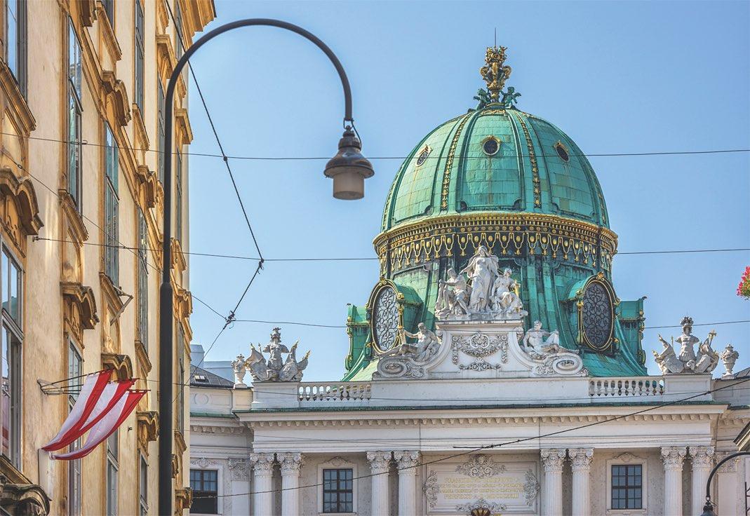 Wiener Hofburg mit Blick auf Michaelerplatz mit Oberleitungen