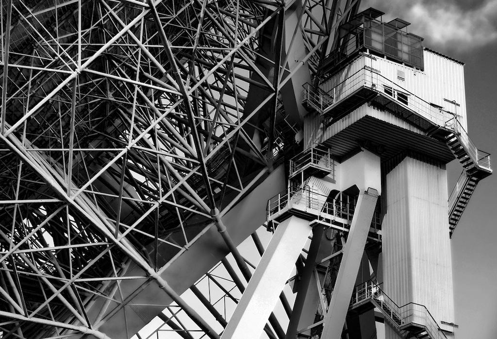 Detailaufnahme in Schwarzweiß des Radioteleskops