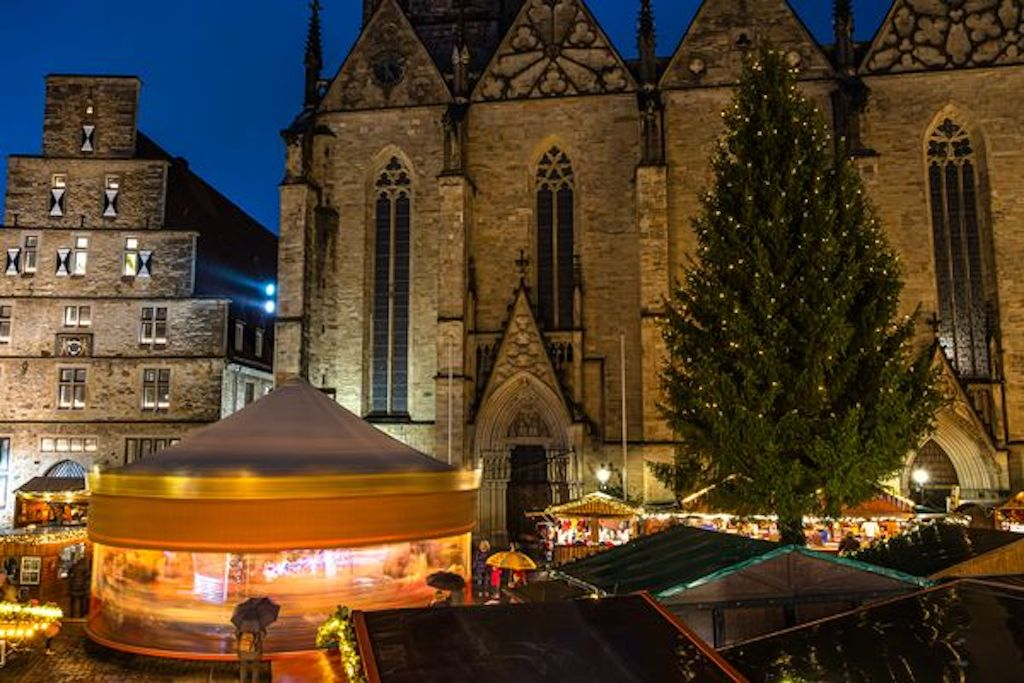 Historischer Weihnachtsmarkt vor der Marienkirche in Osnabrück