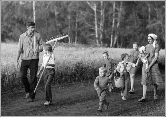 Familie auf Feldweg