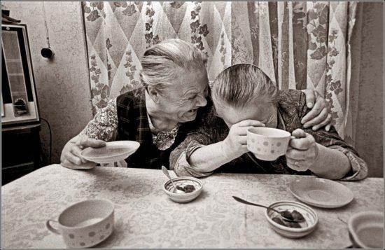 Kaffeetisch mit zwei Omas
