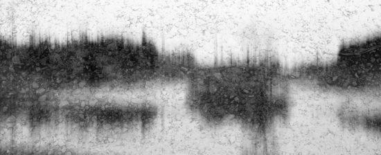 Ein Teich in schwarz-weiß mit Regentropfen