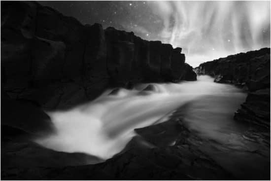Nordlichter in Island in schwarzweiß