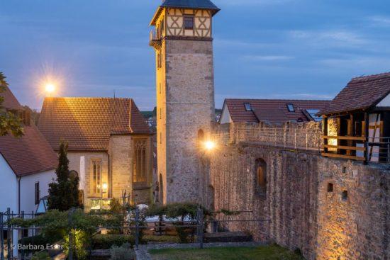 Ein Teil des Burgplatzes mit Oberem Torturm und Wendelinskapelle in Marbach