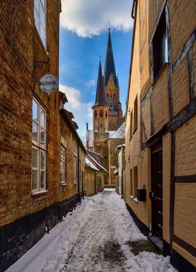 Der schmale Gang zum Dom in Schleswig