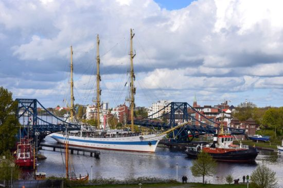 Großsegler passiert die KW-Brücke in Wilhelmshaven