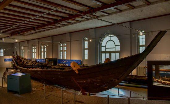 Das Nydamboot im Museum in Schleswig